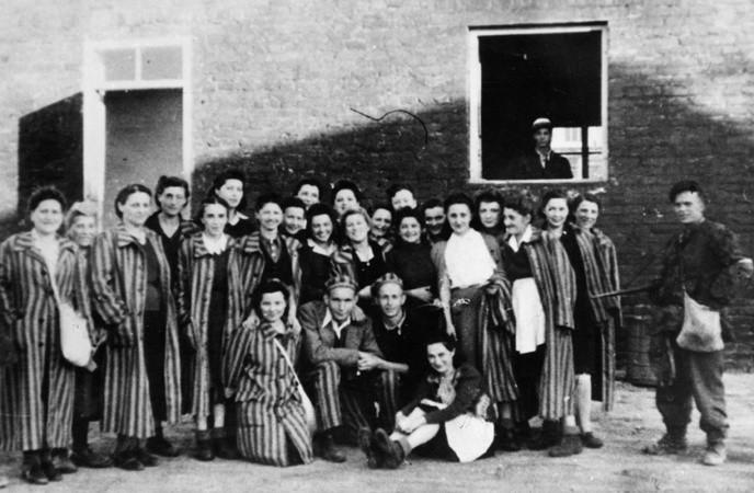 """Grupa Żydów z Gęsiówki uwolnionych przez żołnierzy kompanii """"Giewont' Batalionu """"Zośka"""""""