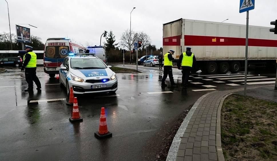 Film do artykułu: Wypadek na ul. 26 kwietnia. Ciężarówka potrąciła pieszą. Kobieta zmarła w szpitalu [ZDJĘCIA]