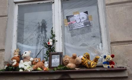 Mieszkańcy Grudziądza spotkali się też pod domem skatowanego na śmierć Tomeczka. Tutaj, pod oknem z którego często wyglądał chłopczyk, dziś uczczono