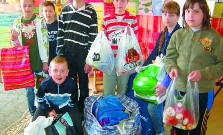 Dzieci z Niewodnicy przyniosły do szkoły pełne reklamówki, a w nich dary dla pogorzelców, czyli ubrania, książki, przybory szkolne, słodycze oraz za