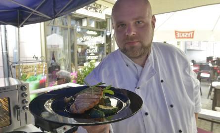 Schab teriyaki z boczniakami i cukinią to jedno z dań przygotowywanych przez szefa kuchni, Łukasza Kulika. Wszystkie potrawy przygotowywane są na żywo