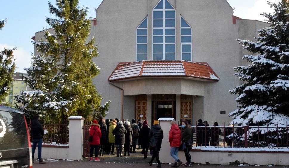 Film do artykułu: Tłumy żegnały w Starachowicach Grzegorza Maciąga, uwielbianego nauczyciela, wicedyrektora Szkoły Podstawowej numer 10 (ZDJĘCIA)