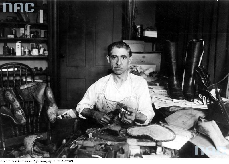 Szewc w trakcie pracy w warsztacie. Paźdizernik 1929