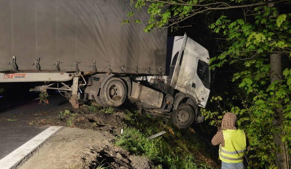 Film do artykułu: Zakopianka. Ciężarówka wyciągnięta z głębokiego rowu [DUŻO ZDJĘĆ, WIDEO]