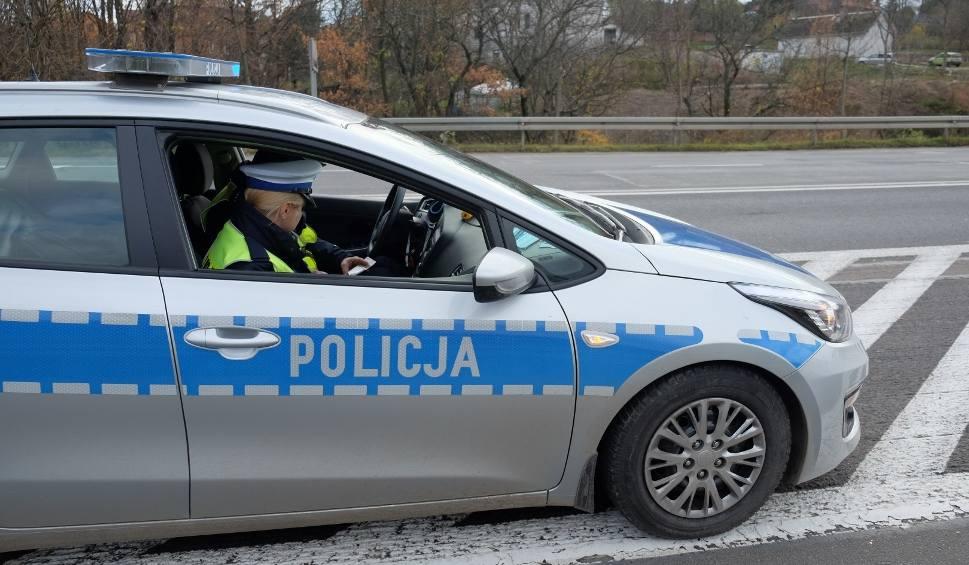 Film do artykułu: 50-letni Ukrainiec potrącił na przejściu dla pieszych 27-letnią przemyślankę. Policjanci zatrzymali mu prawo jazdy