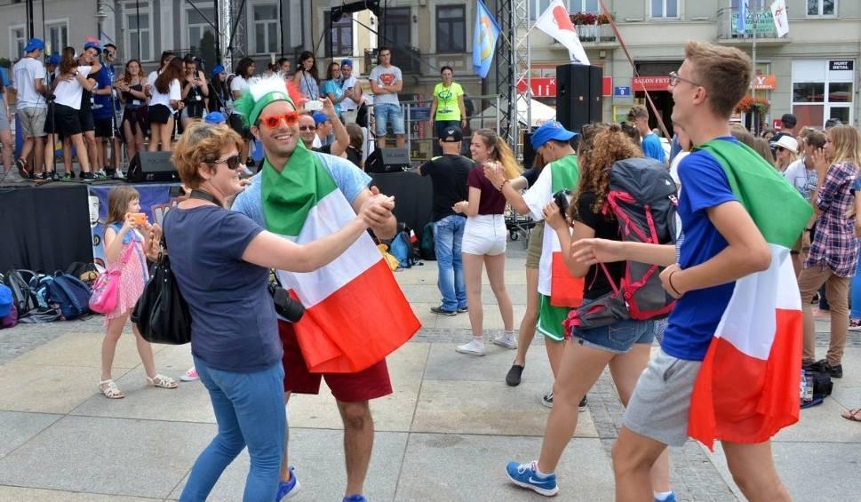 Film do artykułu: Światowe Dni Młodzieży 2016. Pielgrzymi z Ukrainy i Włoch wystąpili na Rynku w Kielcach