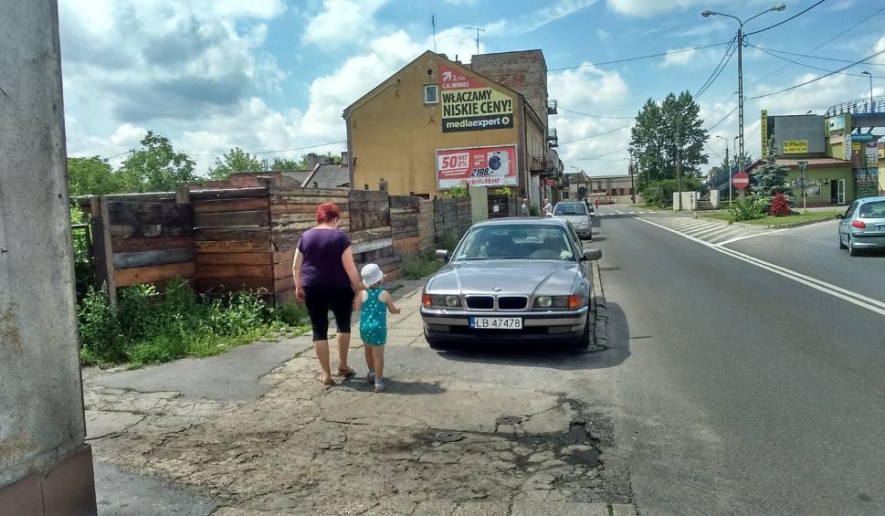 Film do artykułu: Kierowcy parkują auta na chodniku i... co im zrobisz?