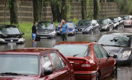 Burza 25 lipca spowodowała podtopienia. Wiele samochodów na drogach zostało całkowicie unieruchomionych