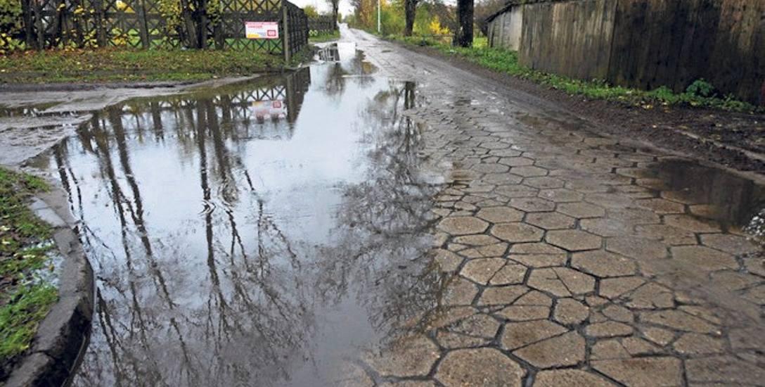 Położenie płyt betonowych na drodze do szpitala nie rozwiązuje całkowicie problemu  - zwłaszcza dla pieszych