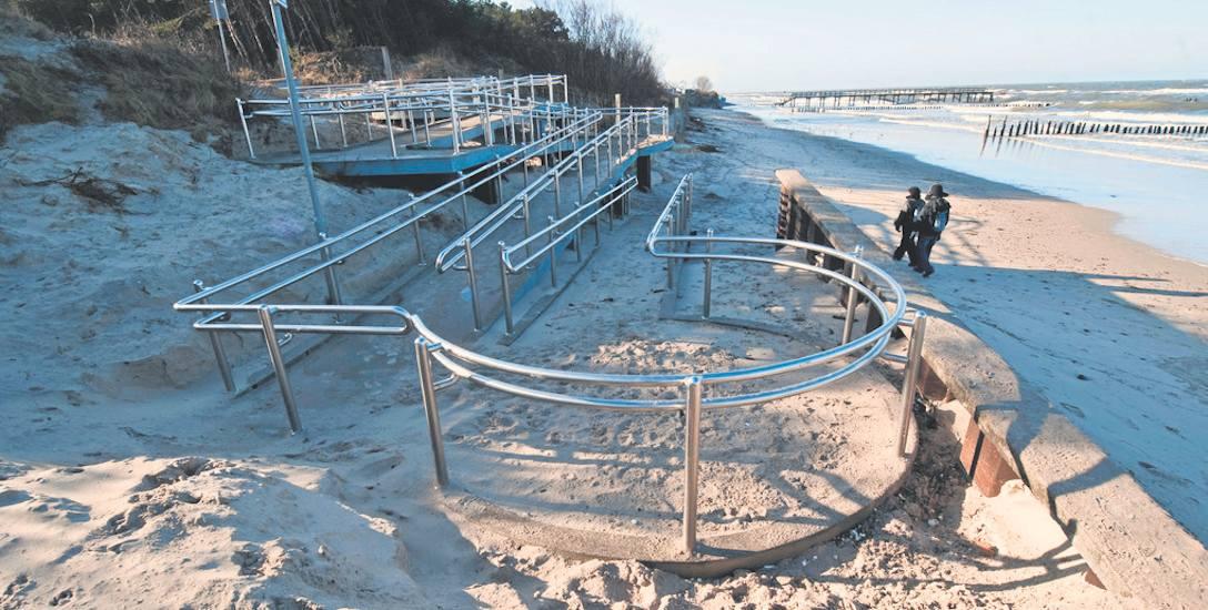 Główne wejście na plażę w Mielnie, w dzielnicy Unieście. Wydma obok niego ucierpiała najbardziej rok temu, podczas huraganu Axel. Takich zdarzeń pogodowych