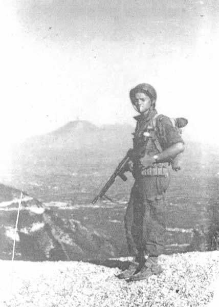 """Ranger Lehmann z papierosem w zębach na tle wulkanu: """"Na pierwszym planie dymi Wezuwiusz, ja dymię na pierwszym planie"""" - napisał pod fotografią."""