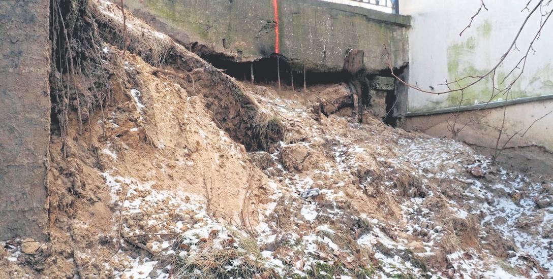 W styczniu osunęła się skarpa pod chodnikiem i ulicą Młyńską w Koszalinie. Piach i ziemię wypłukała woda wypływająca z pękniętej rury. 12 marca mamy