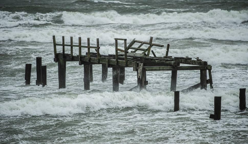 Film do artykułu: Silny wiatr w Koszalinie i regionie. Sztorm na Bałtyku. W Mielnie woda zabrała plażę! [ZDJĘCIA, WIDEO]