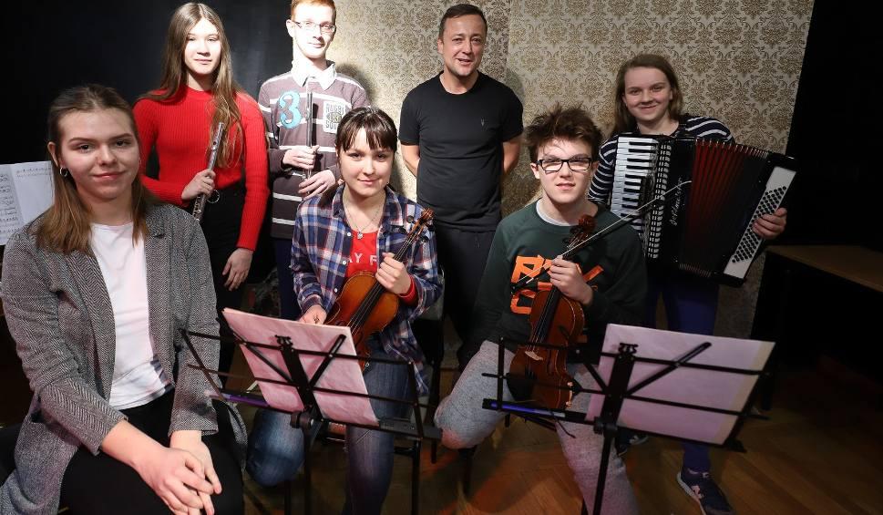 Film do artykułu: DK Śródmieście. Czesław Mozil wystąpi z uczniami Śródmieścia w operze. To Grajkowie Przyszłości (zdjęcia, wideo)