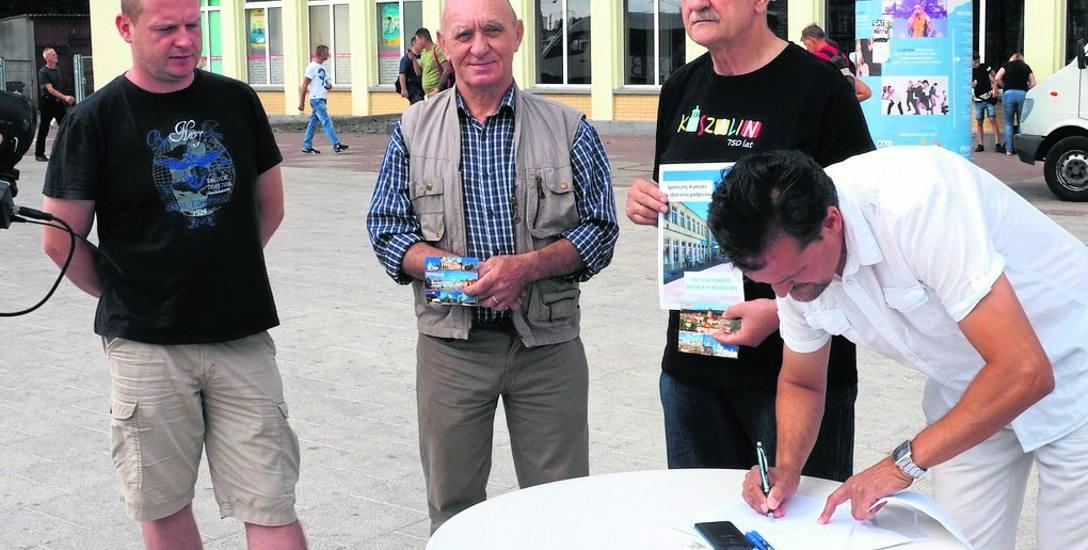 Pierwsi podpisy na listach złożyli sami inicjatorzy akcji - od prawej Tomasz Bernacki, Czesław Ignaszewski, Stanisław Łasek i Paweł Ruksza. Listy dostępne