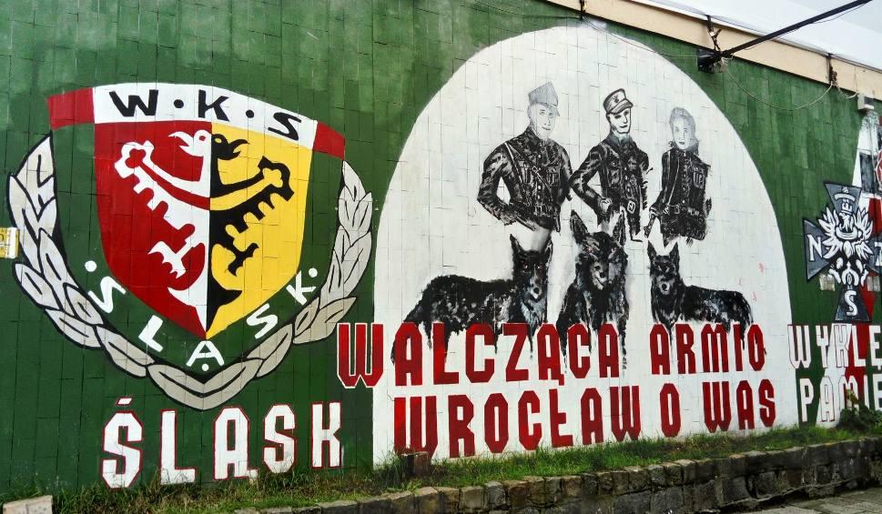 Film do artykułu: Mural kibiców Śląska w hołdzie żołnierzom wyklętym zostanie usunięty?