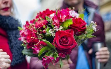 W Walentynki kwiaty wzbudzają emocje i zawsze się sprawdzają. Warto wręczyć piękny bukiet.