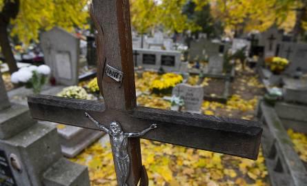Z okazji Wszystkich Świętych wiele osób zaczęło porządkować groby bliskich
