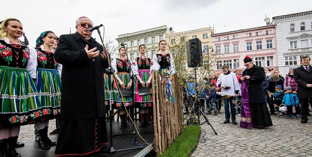 """W raporcie o pedofilii w kościele Fundacji """"Nie lękajcie się"""" biskup Jan Tyrawa został również wymieniony. Miał wiedzieć o księdzu pedofilu i niewiele"""