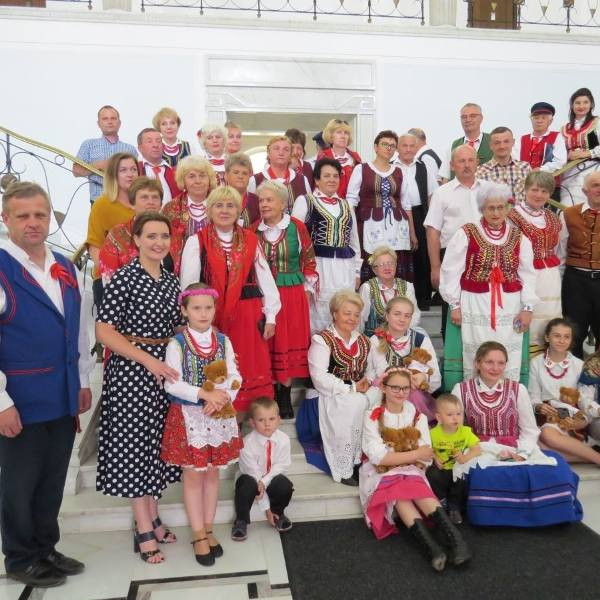 Poseł Marzena Okła - Drewnowicz (druga z lewej) wraz z kołami gospodyń wiejskich - Domaszowianki, Wesołe Gosposie i Strefień.