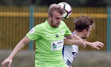 Kamil Bętkowski (zielona koszulka) w ubiegłym sezonie grał w Stali Stalowa Wola. Teraz jest już zawodnikiem Rozwoju Katowice i w sobotę postara się zatrzymać