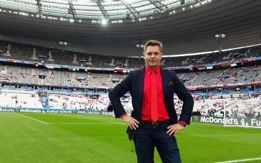 Marcin Feddek, dziennikarz Polsatu, w trakcie Euro 2016 na murawie Stade de France przed meczem biało-czerwonych z Niemcami (0:0).