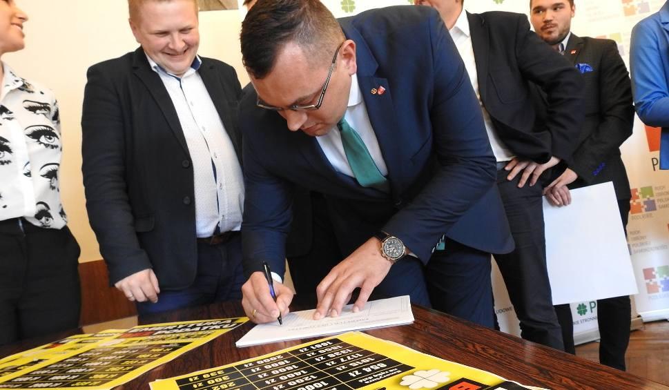 """Film do artykułu: """"Emerytura bez podatku"""". PSL zbiera podpisy pod obywatelskim projektem ustawy. Najniższa emerytura: 1000 zł (zdjęcia)"""