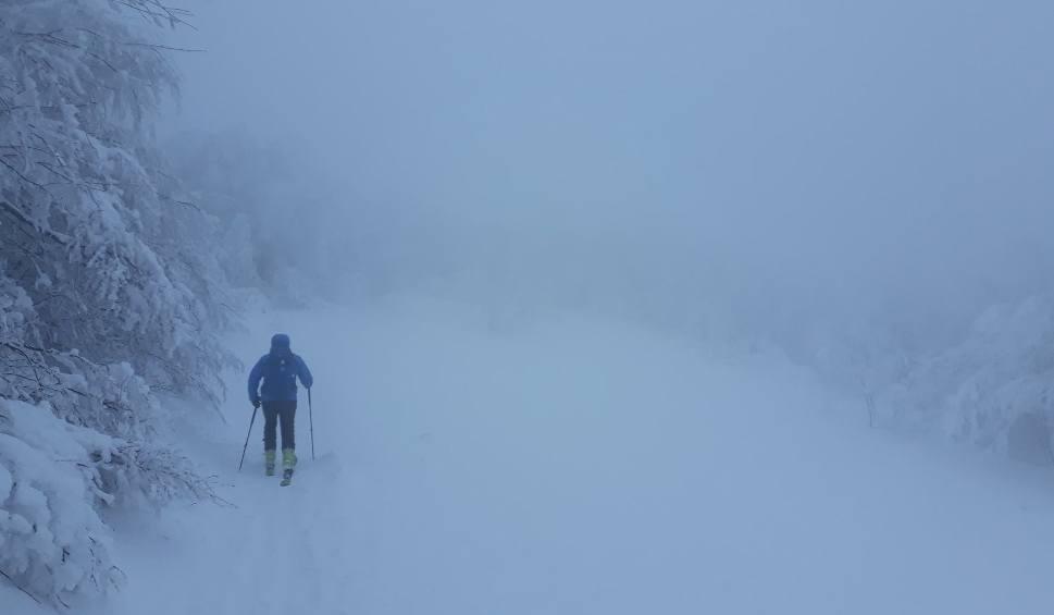 Film do artykułu: Nie wychodźcie dziś w góry! - przestrzegają ratownicy Bieszczadzkiej Grupy GOPR. Wiatr wieje ponad 100 km/godz. a w porywach jeszcze silniej