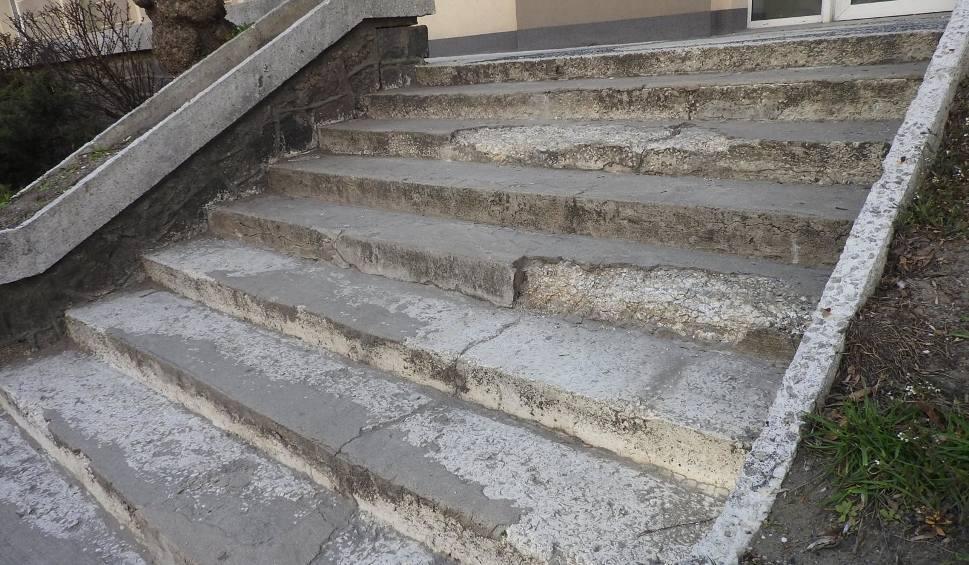 Film do artykułu: Schody przy Sienkiewicza 9 w Białymstoku sypią się od lat. W 2011 roku miasto obiecywało je wyremontować. Teraz też obiecuje (zdjęcia)