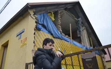 Formalnie budowla jest wspólną własnością obu właścicieli osobnych mieszkań, więc... obie strony muszą zająć się zabezpieczeniem zniszczonej połowy!