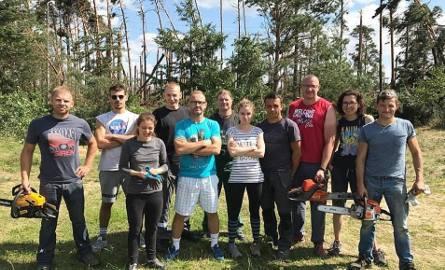 Trenujący w klubie CrossFit Box Falanga w Chojnicach skrzyknęli się i pomagali usuwać skutki nawałnicy w Rytlu