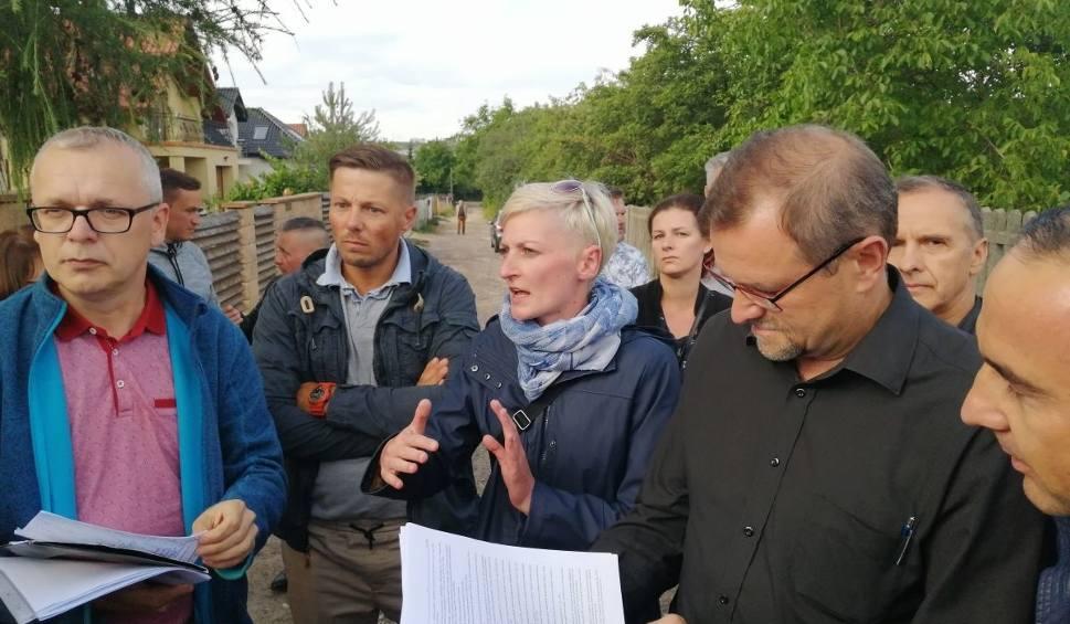 Film do artykułu: Protest w sprawie nowej inwestycji mieszkaniowej w Kielcach. Mieszkańcy ulicy Dobrzyńskiej nie chcą bloków w sąsiedztwie [ZDJĘCIA]