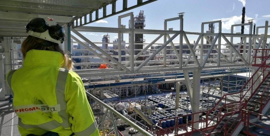 Prefabrykacja i montaż konstrukcji stalowej platform, wsporników rurociągów, montaż krat pomostowych FRP i stalowych (ok. 231 t)w miejscowości Stenungsund