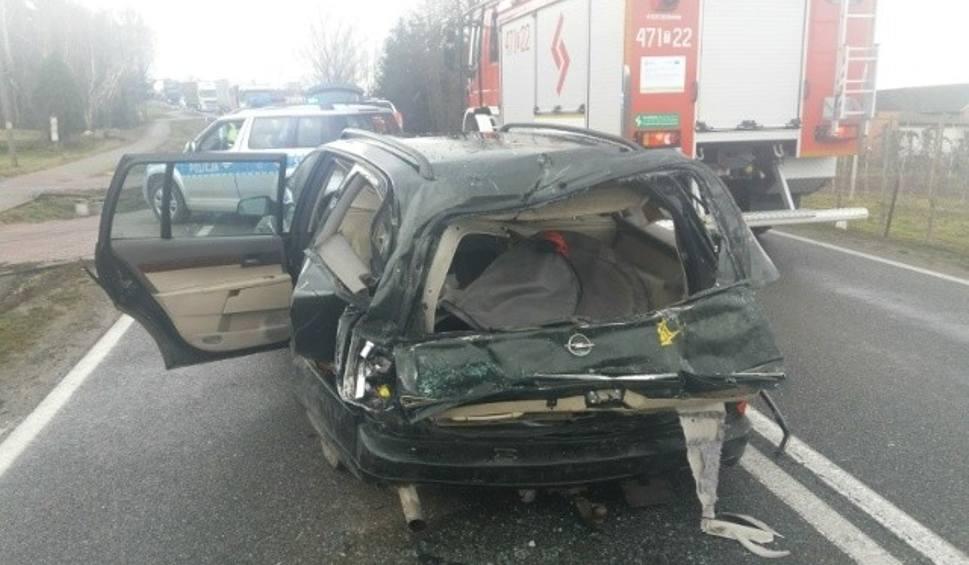 Film do artykułu: Wypadek na rondzie w Zawadzie, gmina Ożarów. Kierowca trafił do szpitala