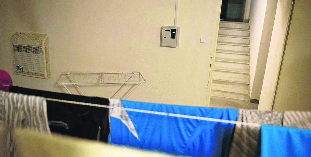 Suszarnia jest w piwnicy, żeby pranie schło trzeba włączyć kaloryfer. Stawka 1 zł za 1,5 godziny grzania....