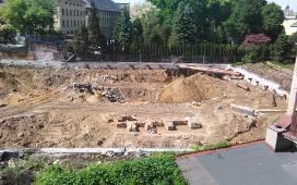 Kraków. Tysiąc szkieletów i skarb pod Wawelem nie wstrzymują budowy apartamentowca [ZDJĘCIA, WIDEO]