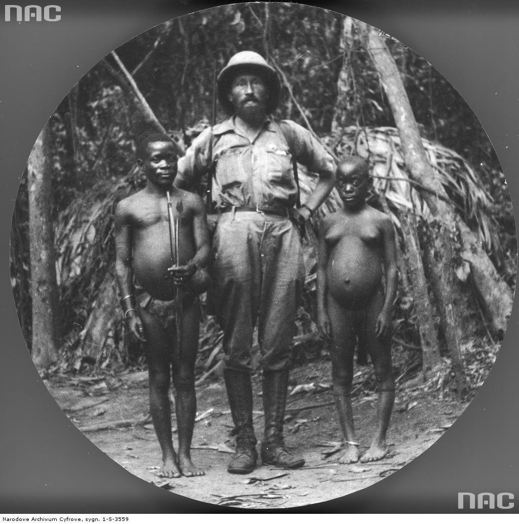 Kazimierz Nowak w Lesie Równikowym Ituri z członkami plemienia Mbuti (charakteryzją się niskim wzrostem). Według opisu redakcji jest to fotografia wykonana