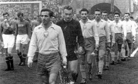 Kapitan reprezentacji Gerard Cieślik z Ruchu Chorzów (na pierwszym planie) i  bramkarz Edward Szymkowiak z Polonii Bytom byli bohaterami meczu ze Związkiem