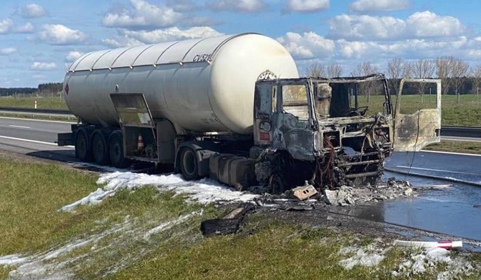Film do artykułu: Pożar cysterny na trasie S3 w okolicy Międzyrzecza. Droga była zablokowana w obu kierunkach, są utrudnienia w ruchu
