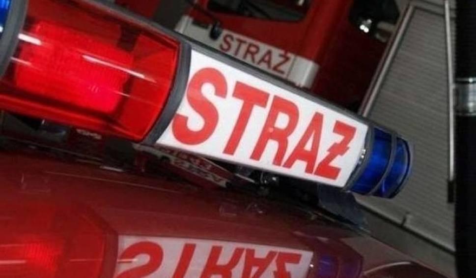 Film do artykułu: Pożar wiaty na ulicy Podlasie w Kielcach. Spłonął samochód i maszyny rolnicze