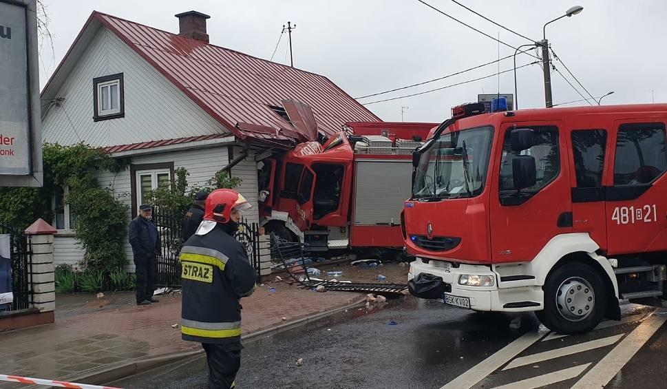 Film do artykułu: Wypadek wozu straży pożarnej w Sokółce. Samochód wjechał w dom koło kościoła. Są ranni [WIDEO, ZDJĘCIA]