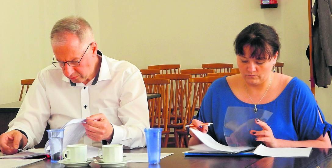 Na zdjęciu od lewej Tomasz Walasek, dyrektor Szpitala Powiatowego w Sławnie oraz Aleksandra Ostapkiewicz, główna księgowa