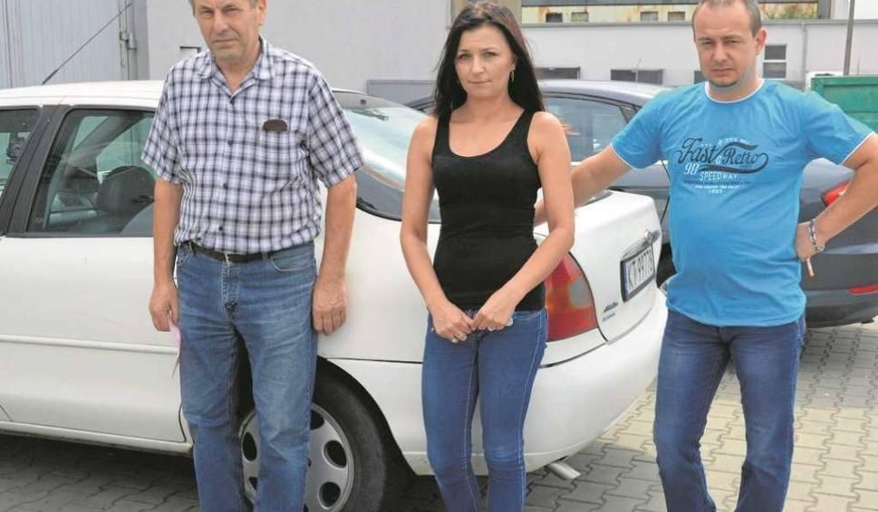 Jan Kucmierz (z lewej) i Robert Ukleja opowiadają, jak dziwna substancja wżera się w karoserię ich samochodów. Widoczna jest także na oknach i parapetach