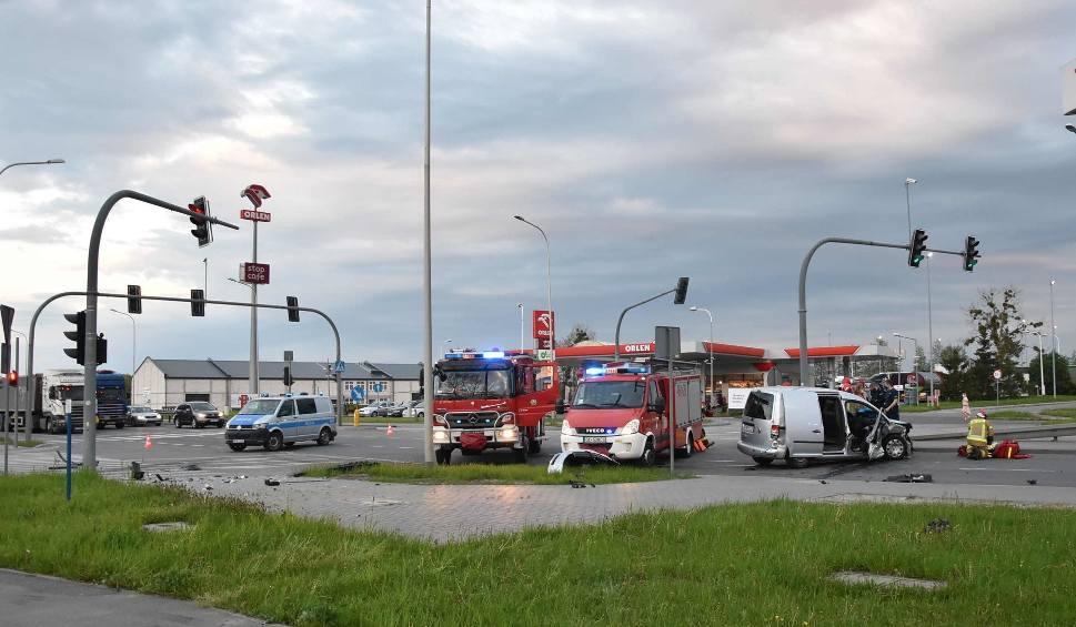 Film do artykułu: Wypadek w Malborku. 13.05.2021 r. Na al. Rodła w kierunku Tczewa zderzyły się dwa samochody osobowe. Dwie osoby trafiły do szpitala