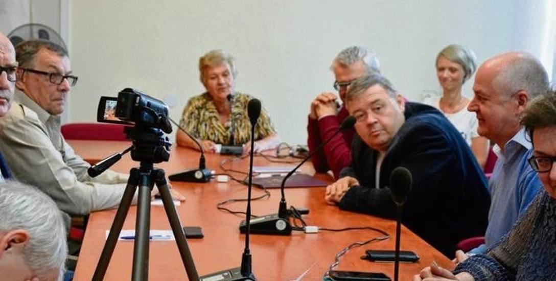 Komisja w ogniu dyskusji. Maria Błoniarz-Górna (w głębi) uznała, że formalnego wniosku nie trzeba podejmować.