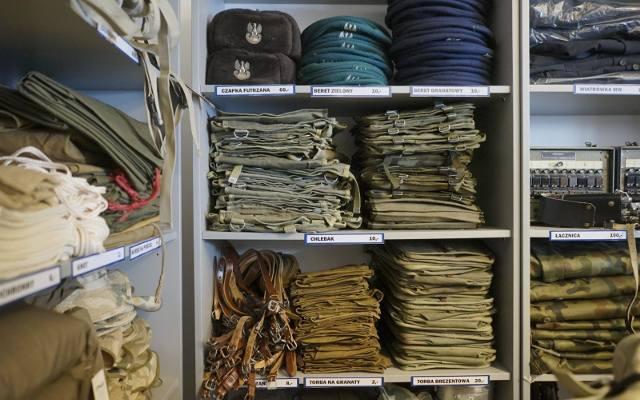 f3e8e1d845e622 Agencja Mienia Wojskowego sprzedaje wojskową odzież i wyposażenie. Zobacz,  co można kupić za niewielkie pieniądze [ZDJĘCIA]