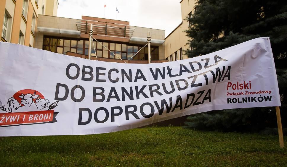 Film do artykułu: Protest rolników przed Podlaskim Urzędem Wojewódzkim (zdjęcia, wideo)