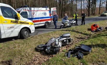Kierowca skutera został ranny po tym jak w okolicy Ligoty Turawskiej zjechał z drogi i wpadł do rowu. Na miejscu cały czas pracują policjanci i ustalają,