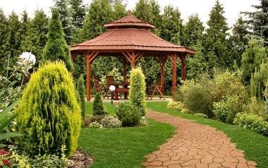 Przy aranżacji ogrodu, oprócz wyboru roślin, należy pomyśleć również o ścieżkach i meblach ogrodowych oraz o małej architekturze