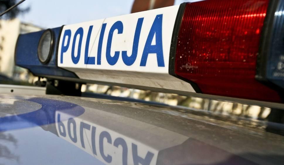 Film do artykułu: Wjechał w płot w Dąbrowie Górniczej. Był kompletnie pijany. Auto rozbite. Dwoje pasażerów trafiło do szpitala